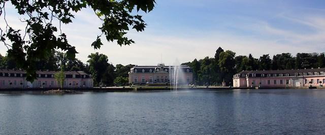 De drie hoofdgebouwen van Schloss Benrath