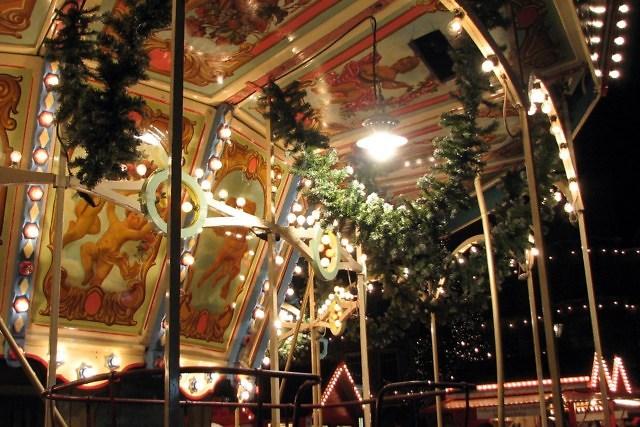 Een draaimolen op de kerstmarkt van Düsseldorf