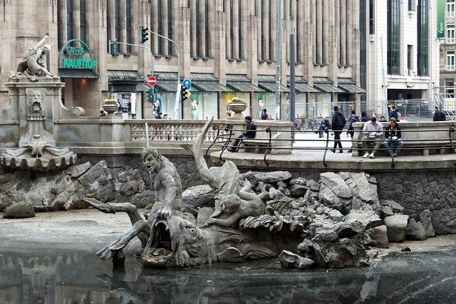 De Tritonenbrunnen met Kaufhof op de achtergrond