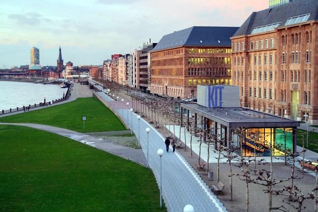De Rheinuferpromenade met Kunst im Tunnel rechtsonder