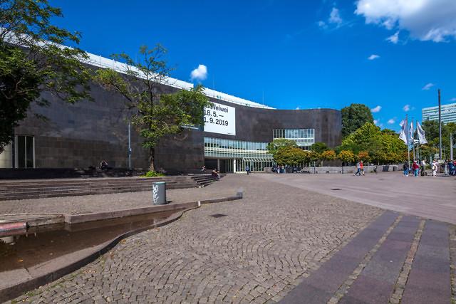 Het hoofdgebouw van de Kunstsammlung NRW