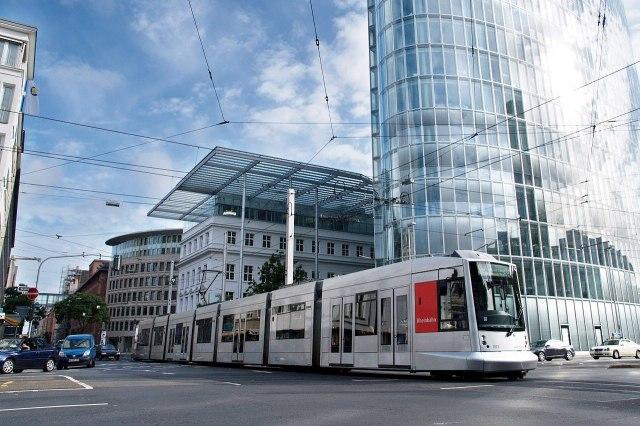 Een moderne tram in Düsseldorf