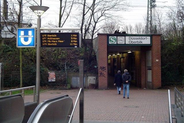 De wachttijden van de Stadtbahn staan soms boven de grond al aangegeven