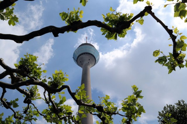 De Rheinturm van Düsseldorf van onderen gezien