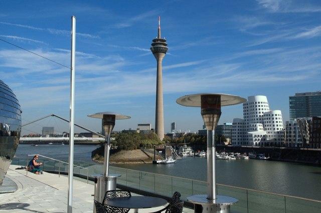 De Rheinturm gezien vanuit de haven