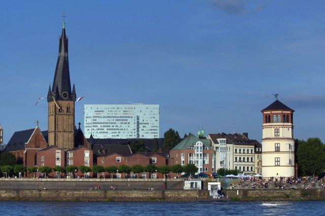 De Sint-Lambertuskerk links in de foto