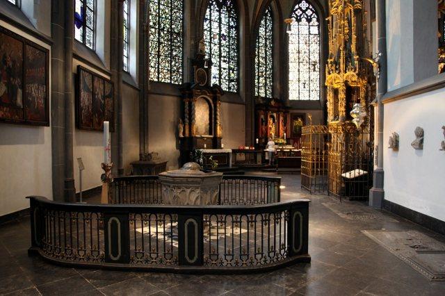 De kooromgang met rechts de sacramentstoren